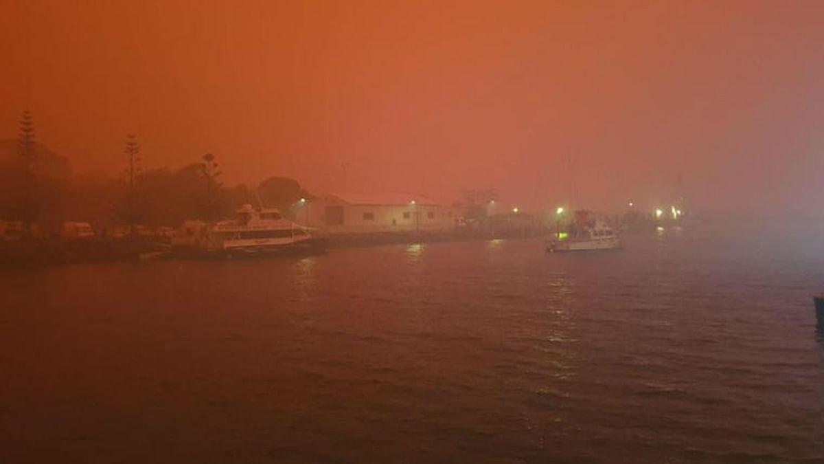 आग लगने से आसमान लाल धुंए में तब्दील हो गया