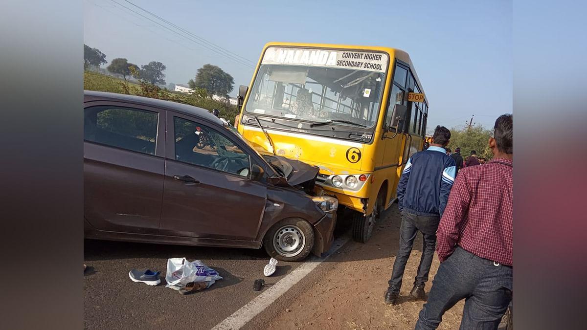 फर्राटा भरती कार ने स्कूल बस को मारी जोरदार टक्कर, मासूम हुए घायल