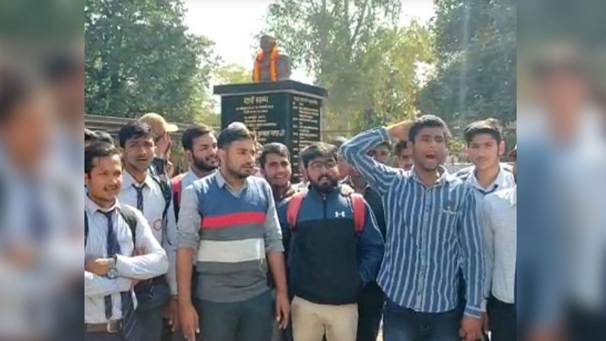 कॉलेज में गांधीजी की मूर्ति के अनावरण पर छात्रों का हंगामा