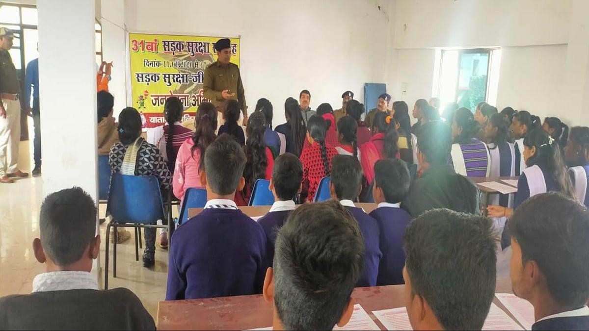 विद्यार्थियों के मध्य सड़क सुरक्षा से संबंधित कार्यशाला आयोजित