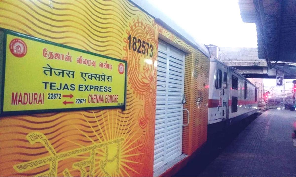 'तेजस एक्सप्रेस' को रेल मंत्री पीयूष गोयल ने दिखाई हरी झंडी