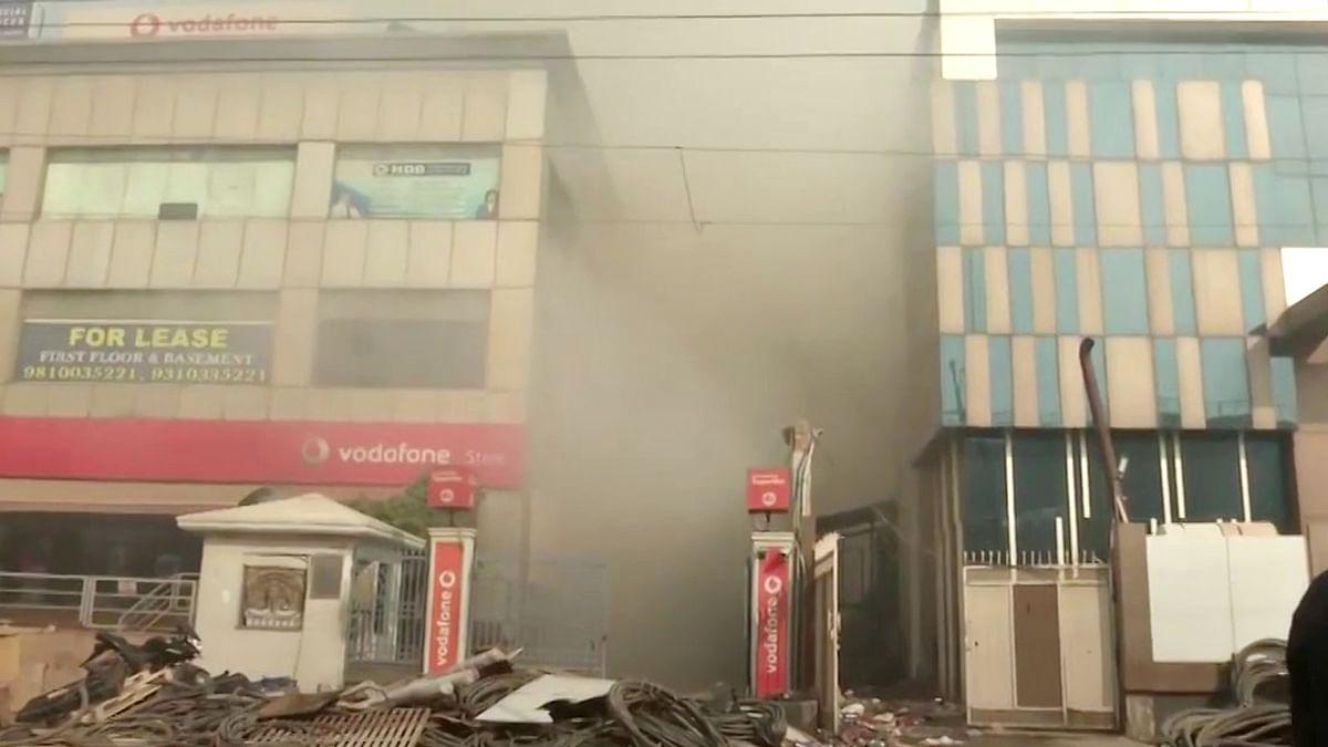 दिल्ली की एक फैक्ट्री में आग की तबाही, फिर धमाके से गिरी बिल्डिंग