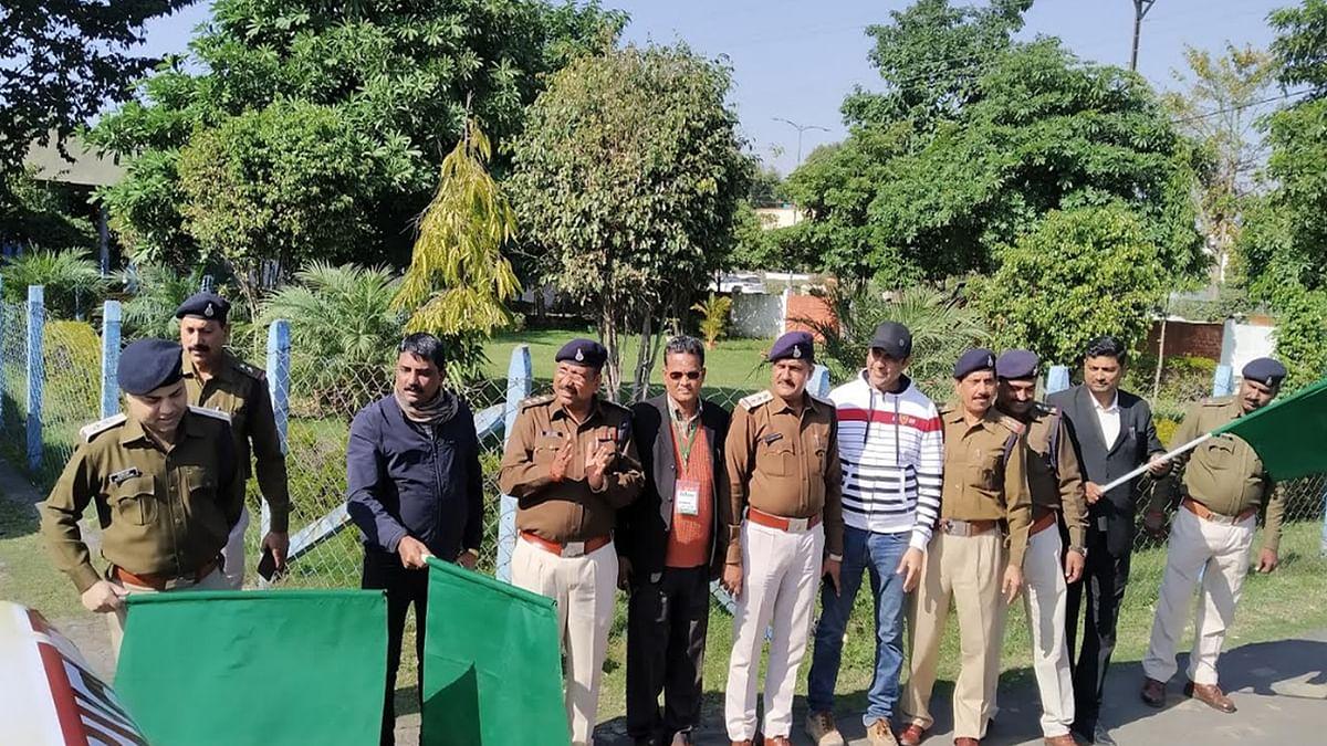रैली को हरी झंडी देते हुए अधिकारी