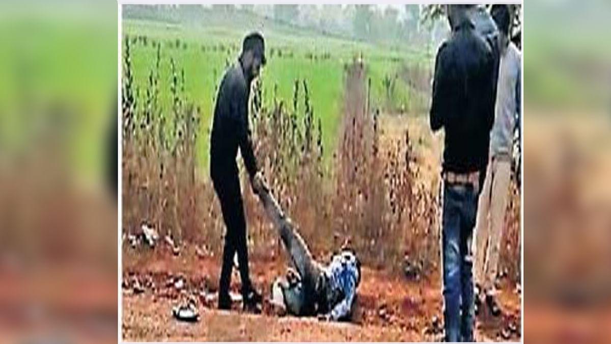 कानून के साथ खिलवाड़-छेड़छाड़ करने पर युवक को बेरहमी से पीटा