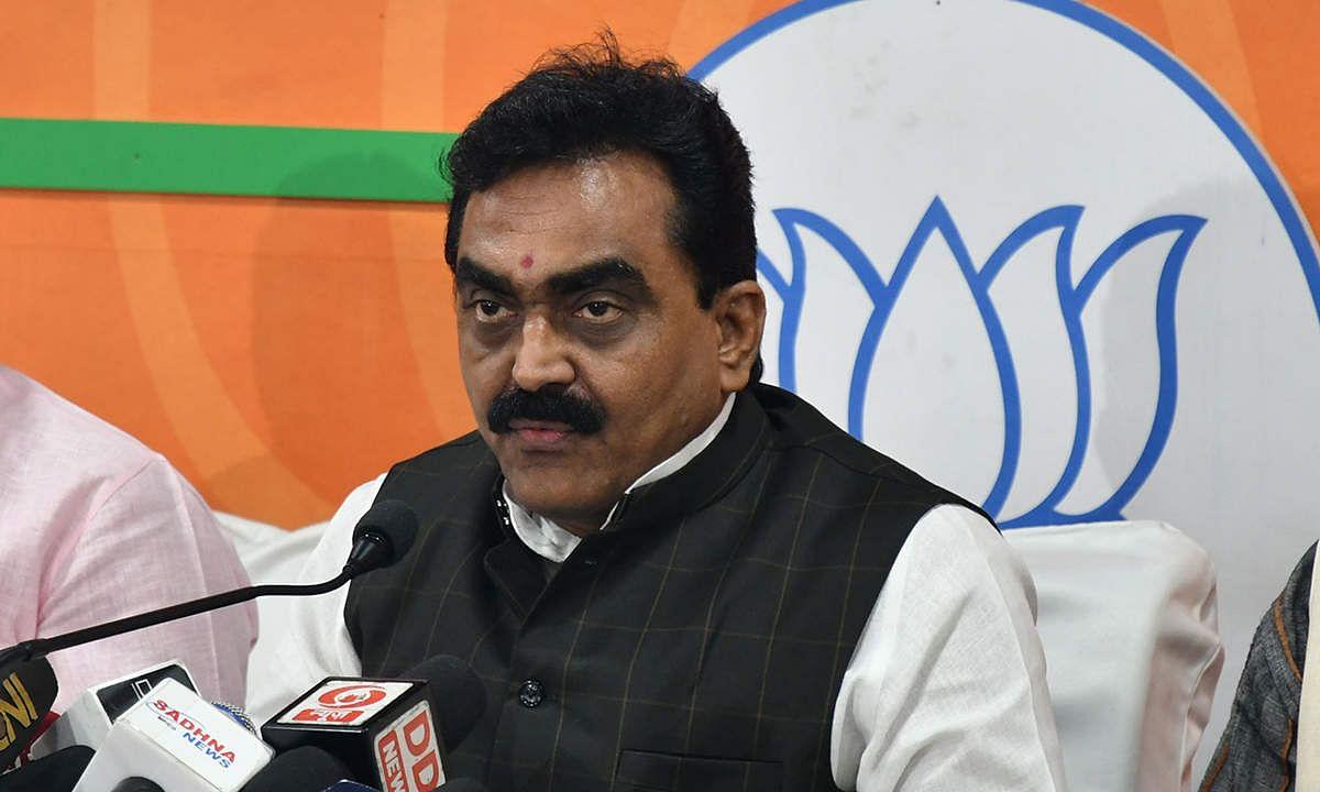 कांग्रेस नेताओं के संरक्षण में अवैध कॉलोनियां बनी हुई हैं : सिंह