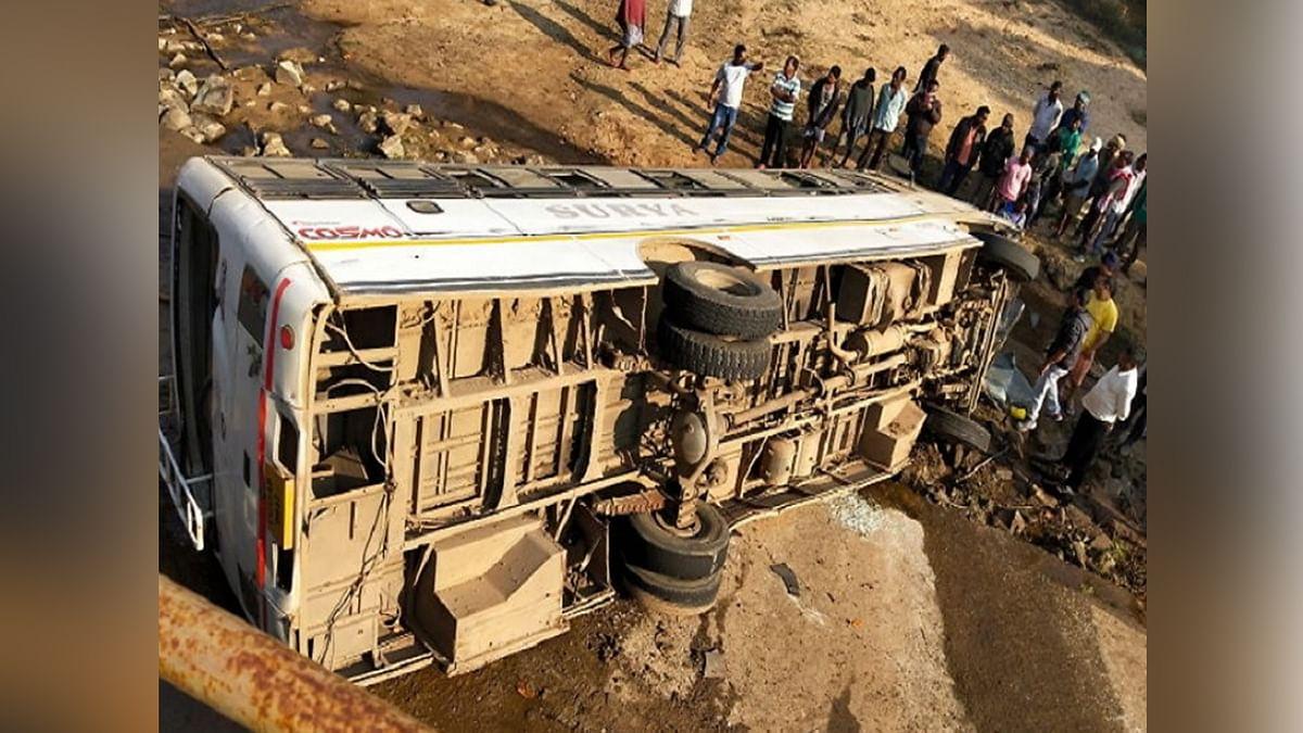 अंधी रफ्तार में भागती यात्री बस पुल से गिरी नाले में, कई गंभीर
