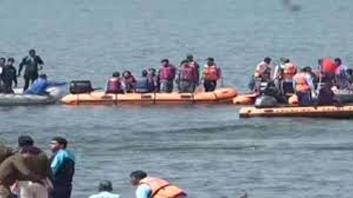 बड़ी झील में नाव पलटी