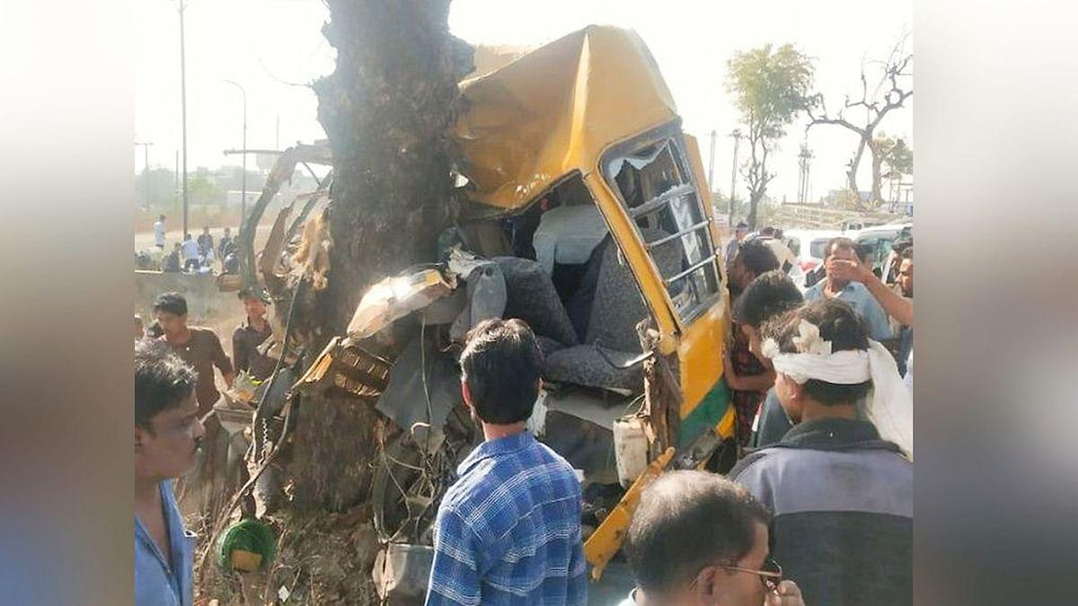सड़क हादसों का बढ़ता ग्राफ: स्कूल बस पेड़ से टकराई, चालक की मौत
