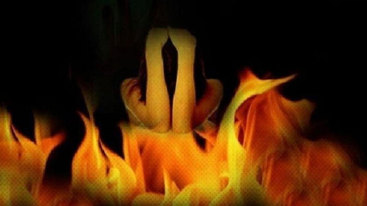 दुष्कर्मी घूम रहे आजाद, पीड़िता ने खुद को किया आग के हवाले