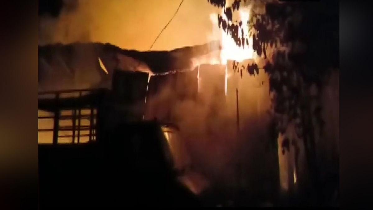 गोदाम में लगी भीषण आग
