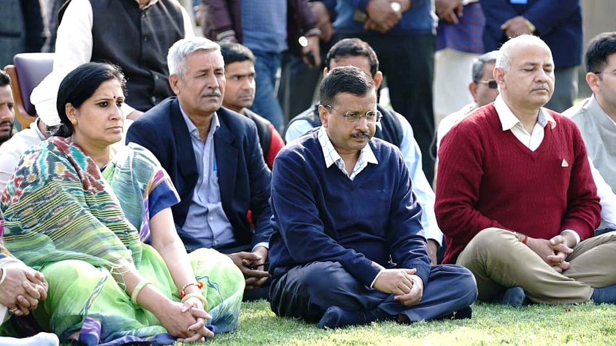 दिल्ली की शांति हेतु राजघाट पहुंचे CM केजरीवाल