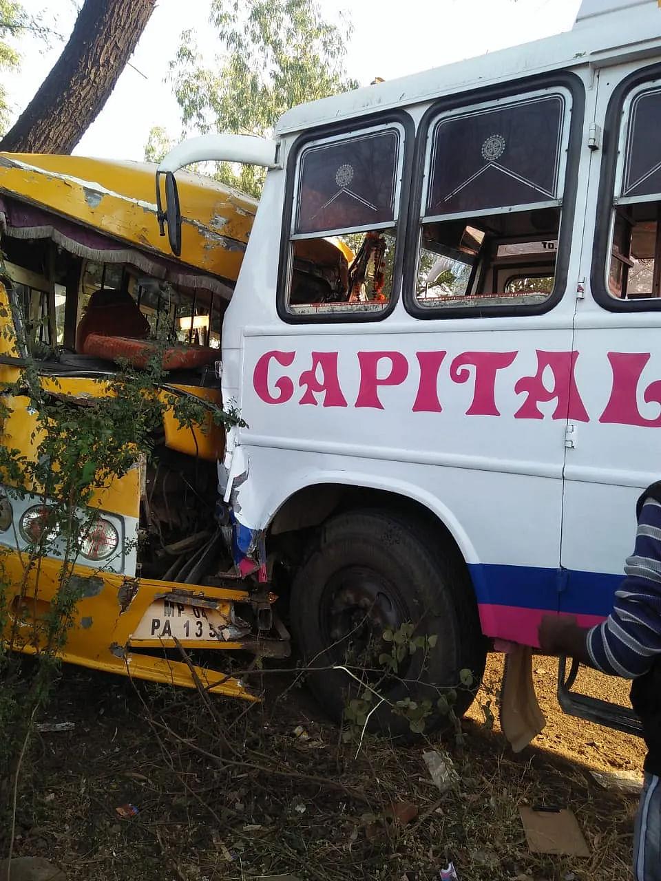 बंगरसिया में सवारी बस और वैष्णवी कॉलेज की बस में हुई थी भिड़ंत