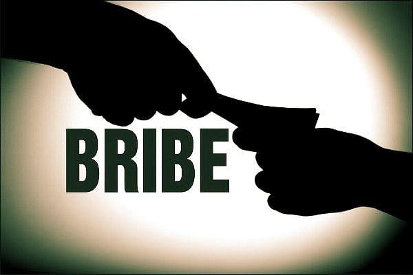 रिश्वतखोरी का बढ़ता ग्राफ: राजस्व निरीक्षक रिश्वत लेते गिरफ्तार