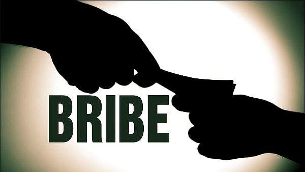 खगड़िया : चिकित्सा प्रभारी और प्रधान लिपिक रिश्वत लेते रंगेहाथ गिरफ्तार