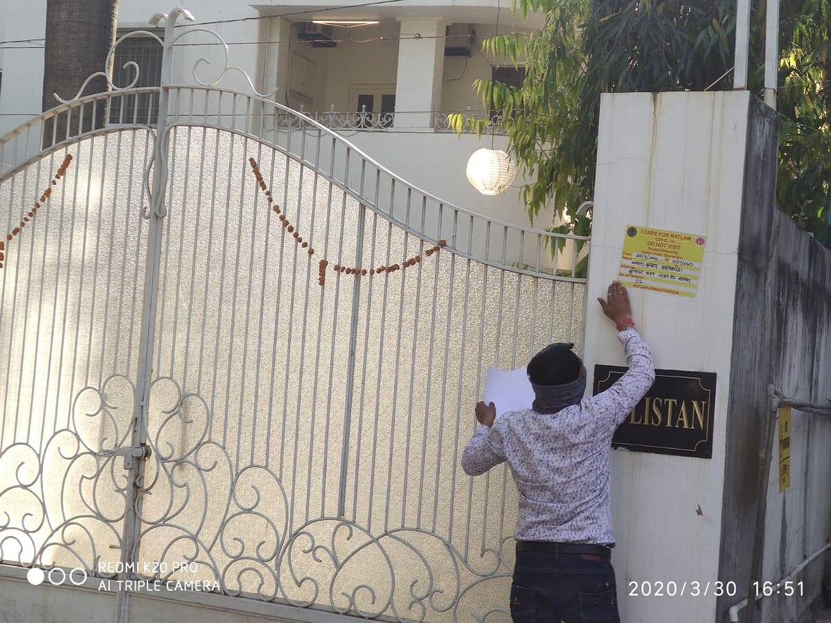 प्रशासन सख़्त: बाहर से आए लोगों के घरों पर लगाए पोस्टर