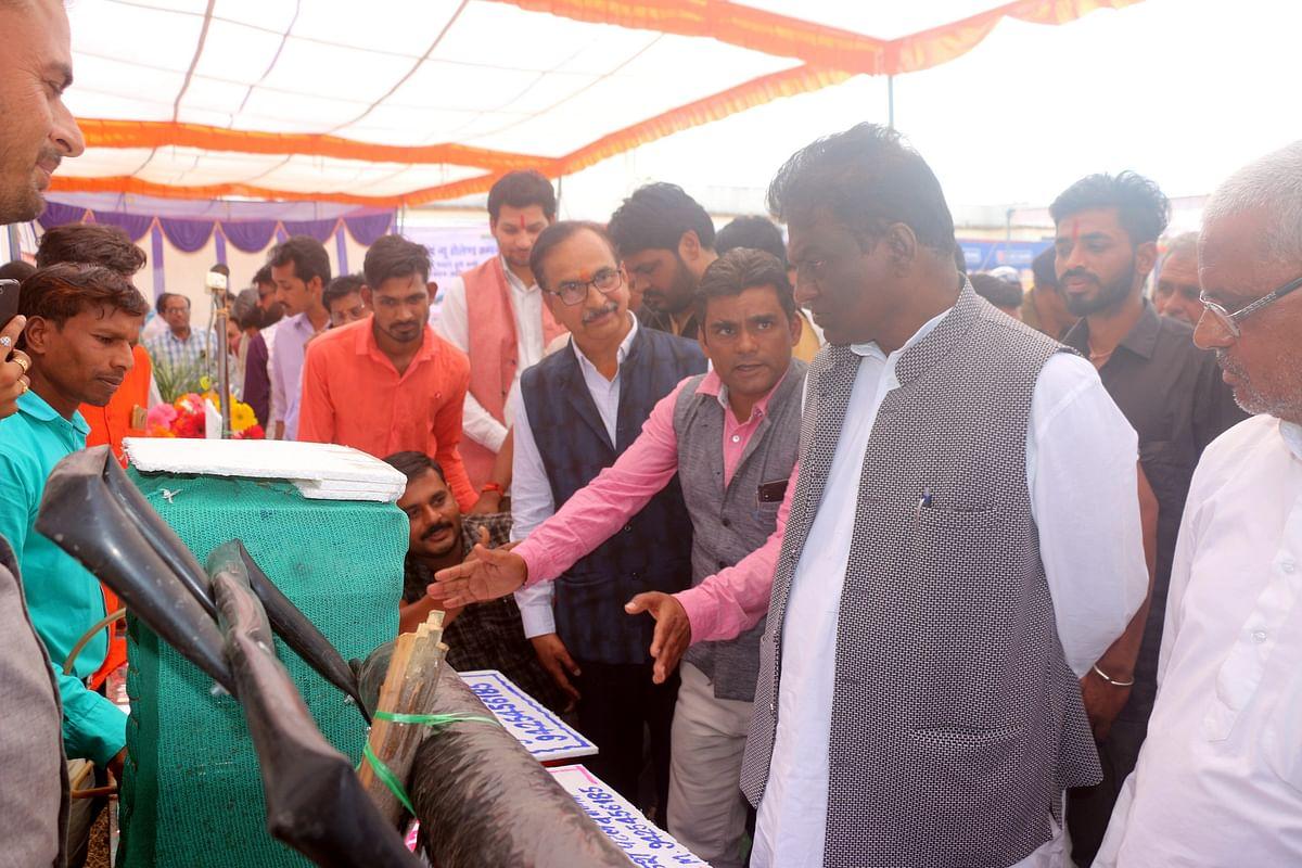 मंत्री डॉ. प्रभुराम चौधरी ने रायसेन के ग्राम नकतरा में कृषि मेले में उन्नत फसल और तकनीकी प्रदर्शनी का अवलोकन किया।