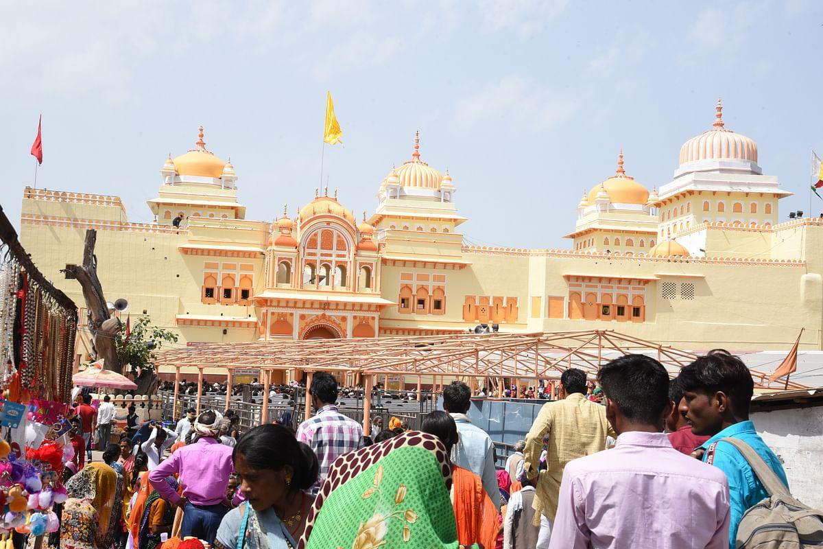 नमस्ते ओरछा महोत्सव के पहले दिन बड़ी संख्या में पर्यटकों ने रामराजा के दर्शन किये।