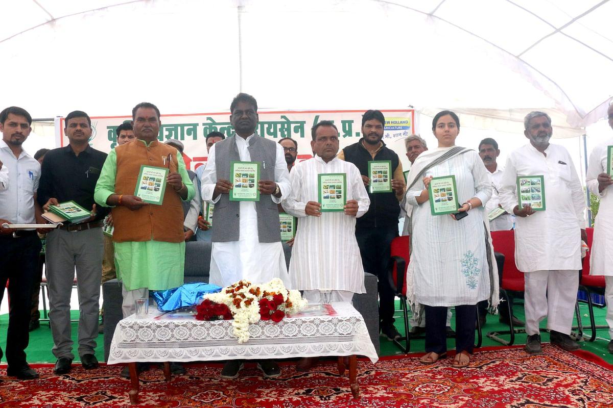 डॉ. प्रभुराम चौधरी ने रायसेन के ग्राम नकतरा में कृषि मेले में कृषि पत्रिका का विमोचन किया।