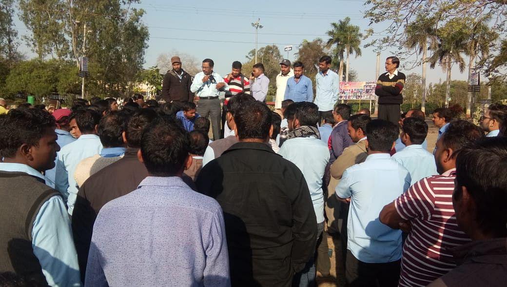 MP बना धरना प्रदेश: भेल के सैकड़ों कर्मचारी विरोध में हुए लामबद्ध