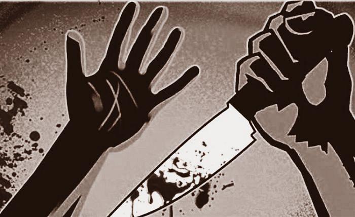 दिनदहाड़े बदमाशों ने युवती को चाकुओं से गोदा