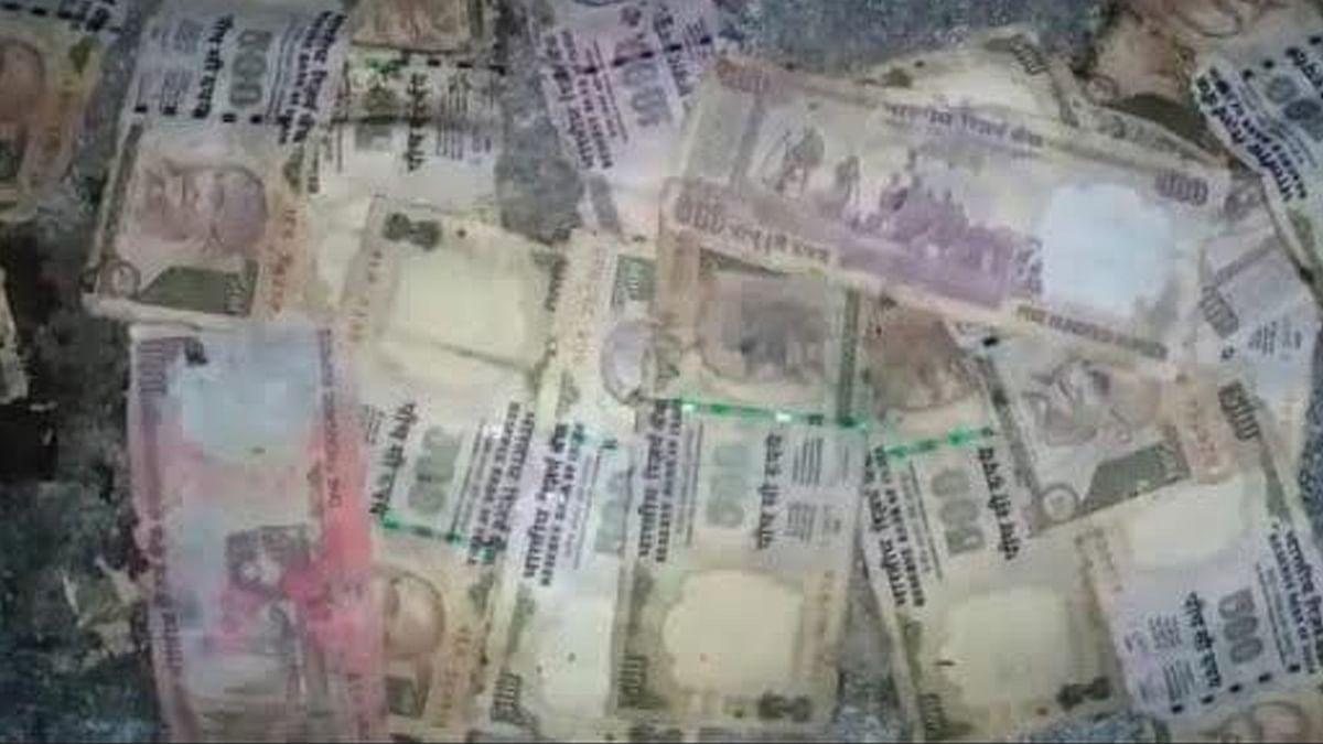 कुएं में मिले 500 और 1000 के पुराने नोट