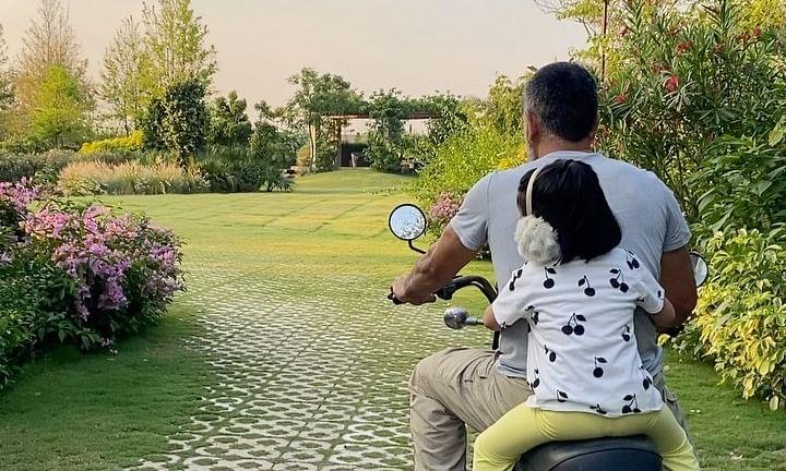 लॉकडाउन में धोनी बेटी जीवा के साथ दौड़ा रहे बाइक, देखें वीडियो
