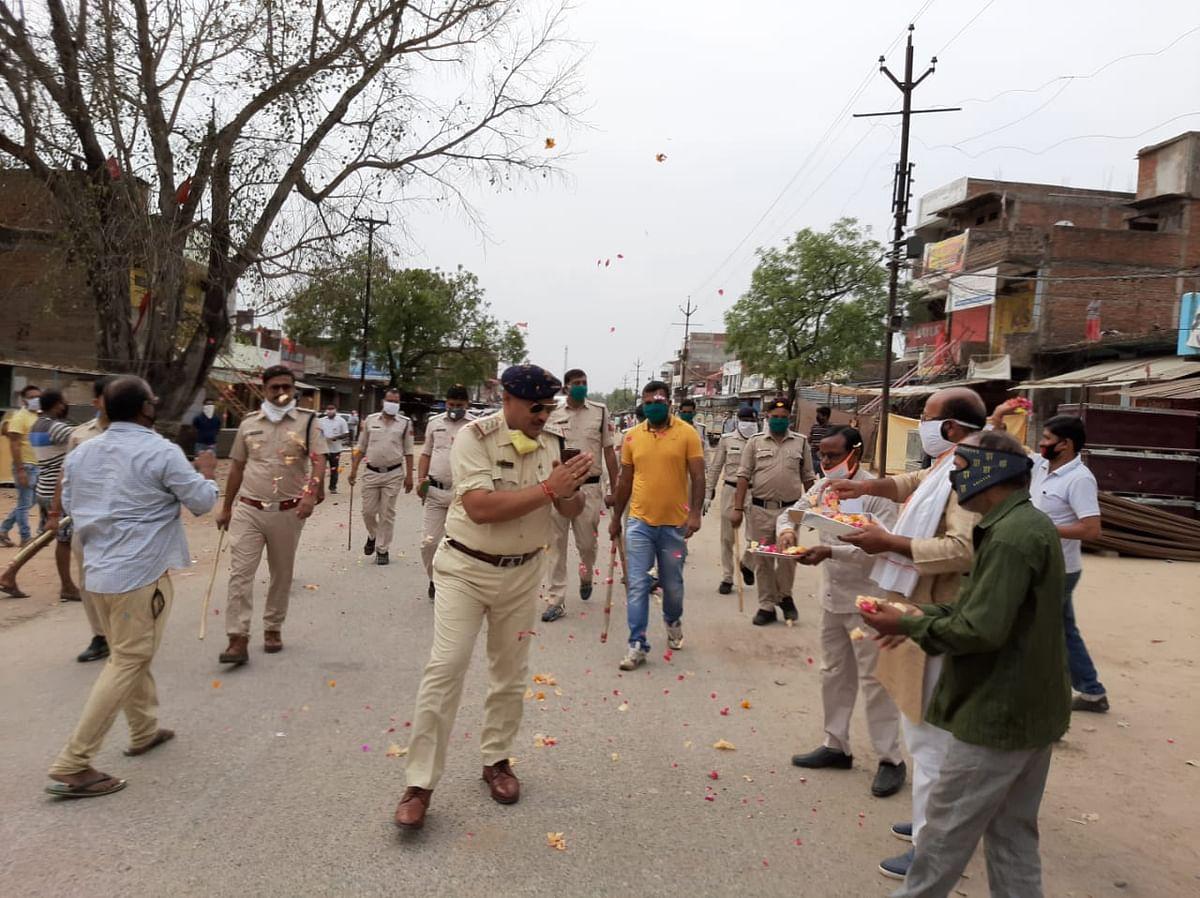 लॉक डाउन के समय फ्लैग मार्च कर रही पुलिस पर लोगों ने बरसाए फूल