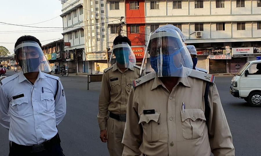 भोपाल में पुलिसकर्मियों को प्रदाय किए गए फेस शील्ड