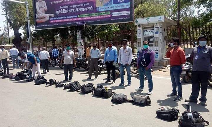 मप्र के ग्वालियर में सड़क पर कैमरे रख कर पत्रकारों ने किया विरोध