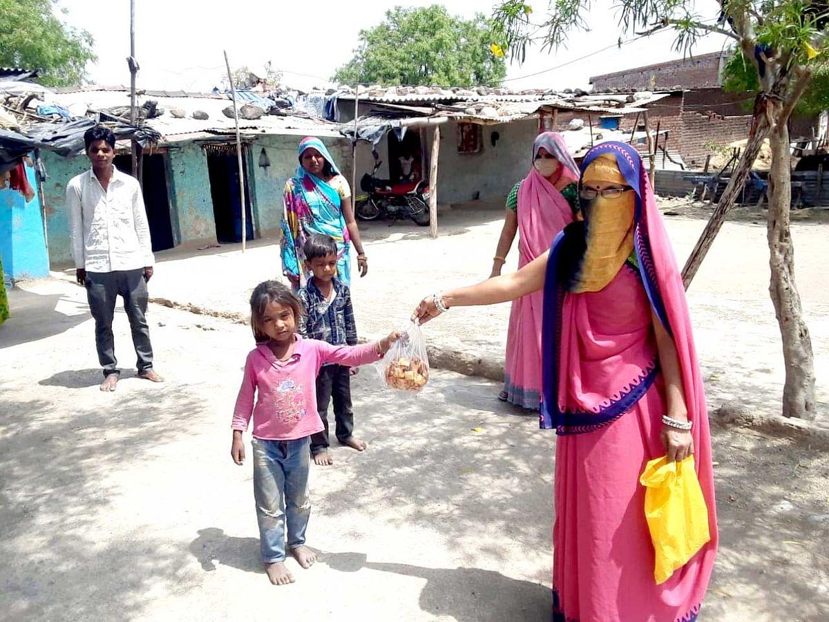 मप्र में आँगनवाड़ी कार्यकर्ता घर-घर पहुँचा रहीं है पोषण आहार