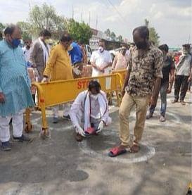 भाजपा प्रदेश अध्यक्ष ने अपने हाथों से श्रमिकों को पहनायीं चप्पल