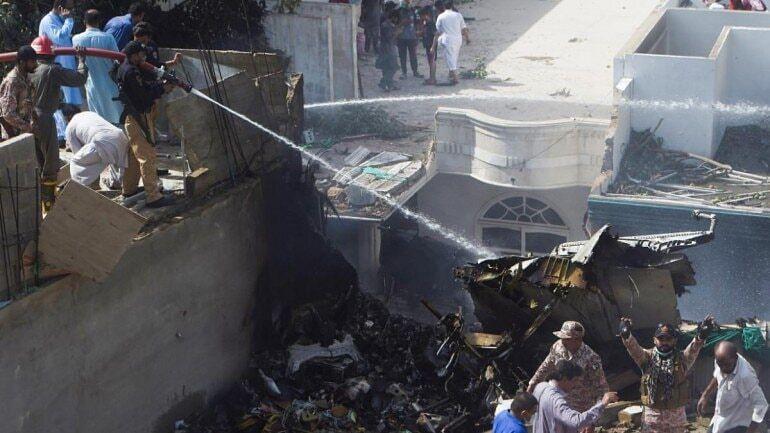 पाकिस्तान के कराची में हुआ बड़ा विमान हादसा,विमान में 98 लोग थे सवार