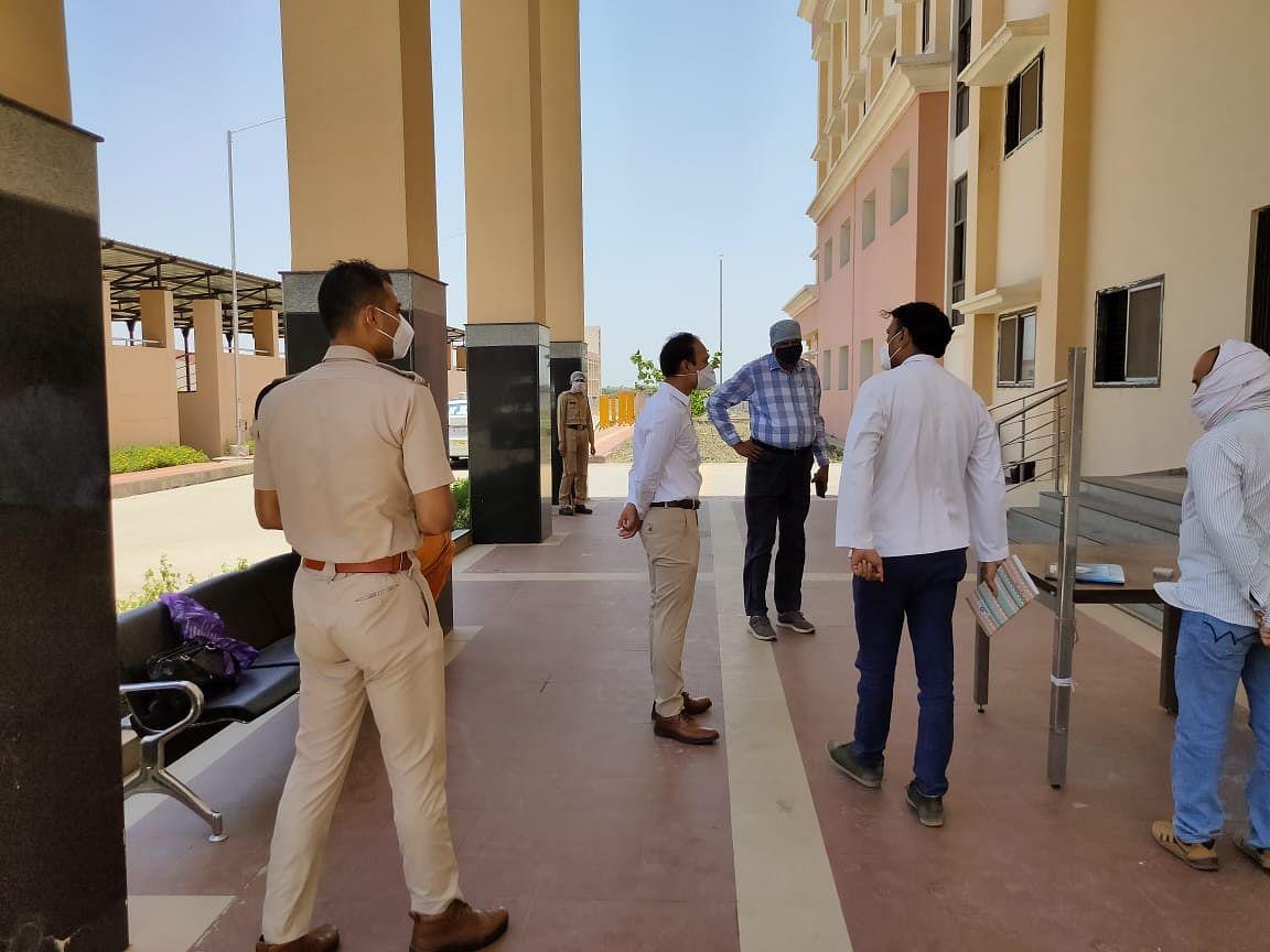 कलेक्टर और DIG का कंटेन्मेंट क्षेत्रों में संयुक्त निरक्षण