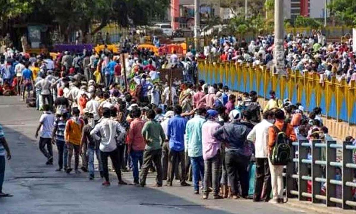 नए नियमों वाले लॉकडाउन-4 में मुंबई स्टेशन पर मजदूरों का जमावड़ा