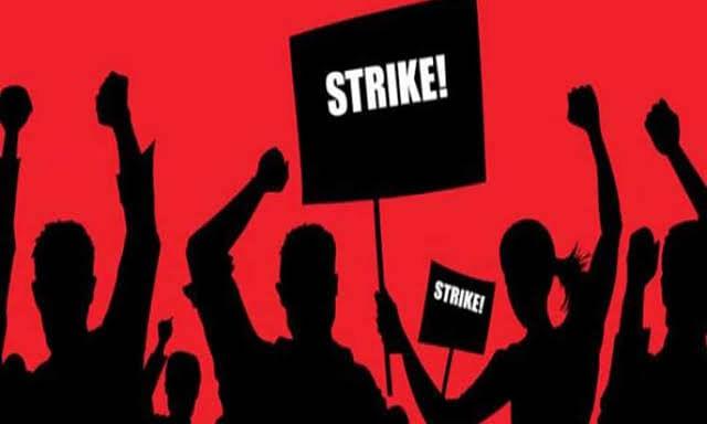 वेतन की मांग को लेकर जेएएच के सफाई कर्मियों ने की हड़ताल