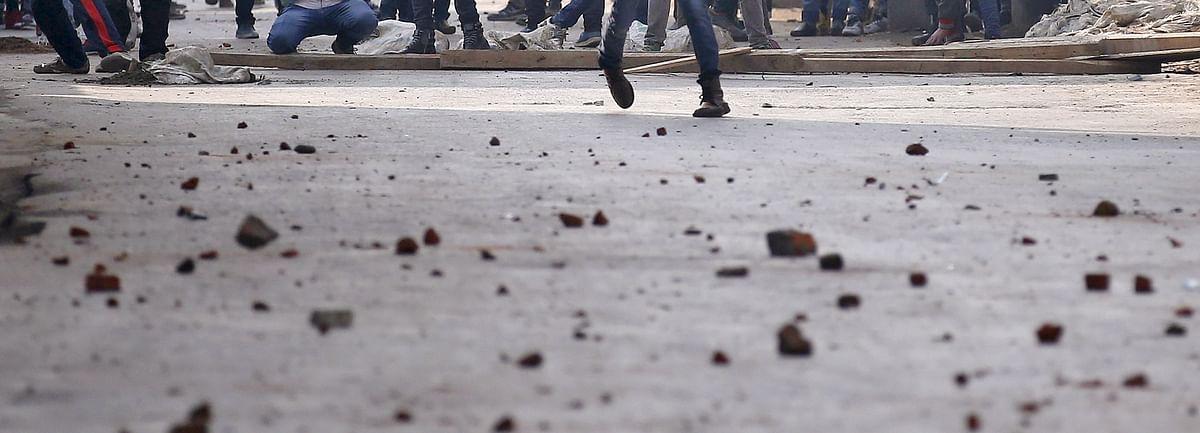 आरोपी को पकड़ने गए आईपीएस व पुलिस बल पर गांववासियां ने किया पथराव