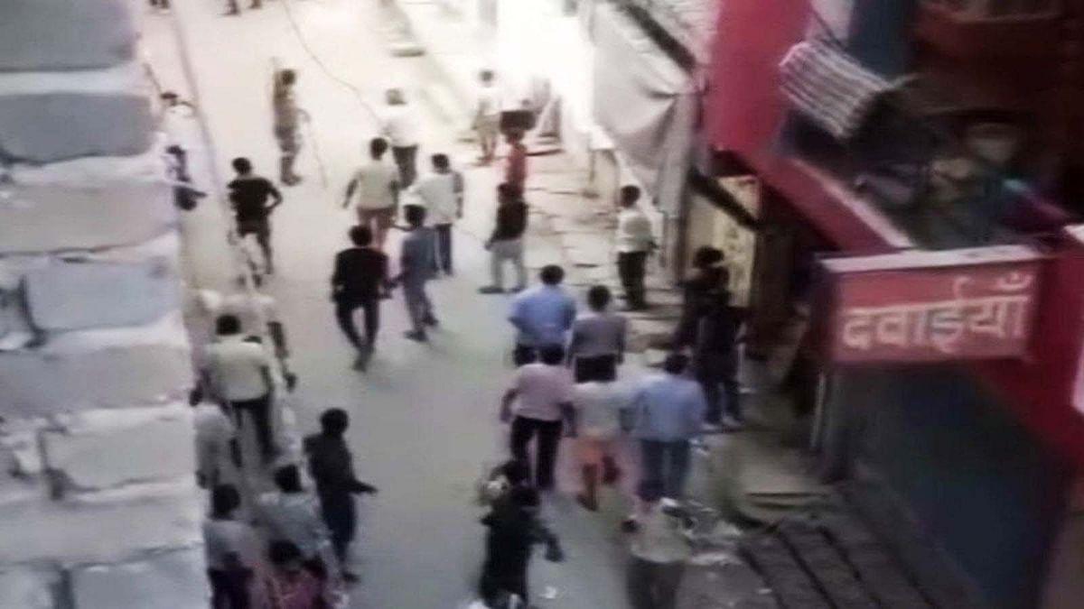 मजदूरों की नो एंट्री पर मचा जमकर बवाल-भीड़ ने पुलिस पर किया पथराव