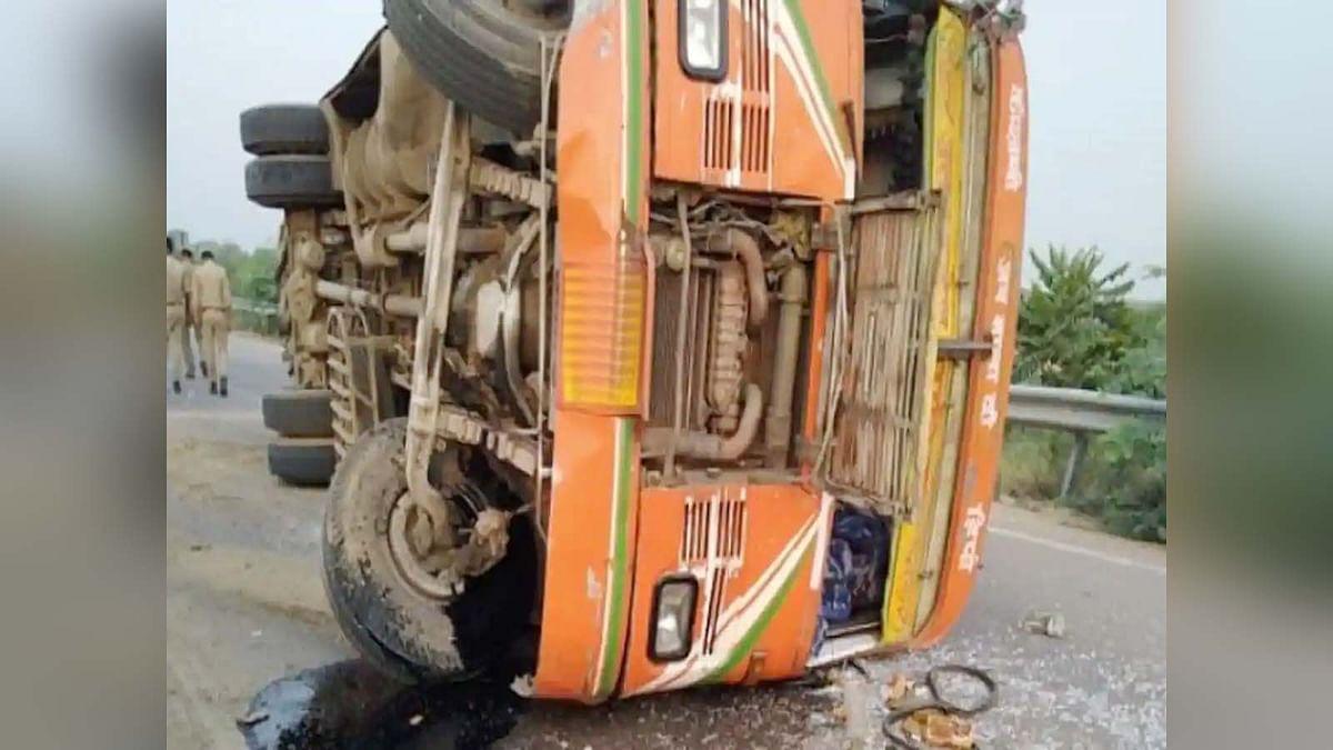 सड़क हादसा: UP के हमीरपुर में प्रवासी मजदूरों की बस पलटी