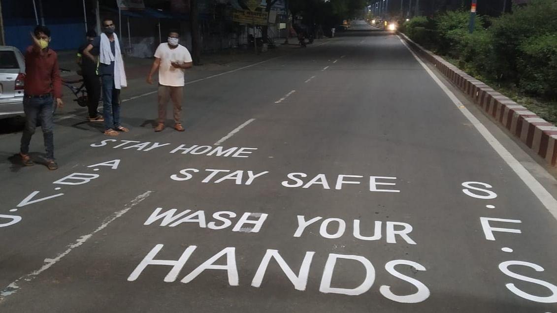 अखिल भारतीय विद्यार्थी परिषद ने की सड़क पर स्लोगन पेंटिंग