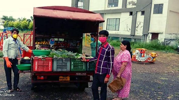निगम द्वारा डोर टू डोर सब्जियों का किया जा रहा वितरण