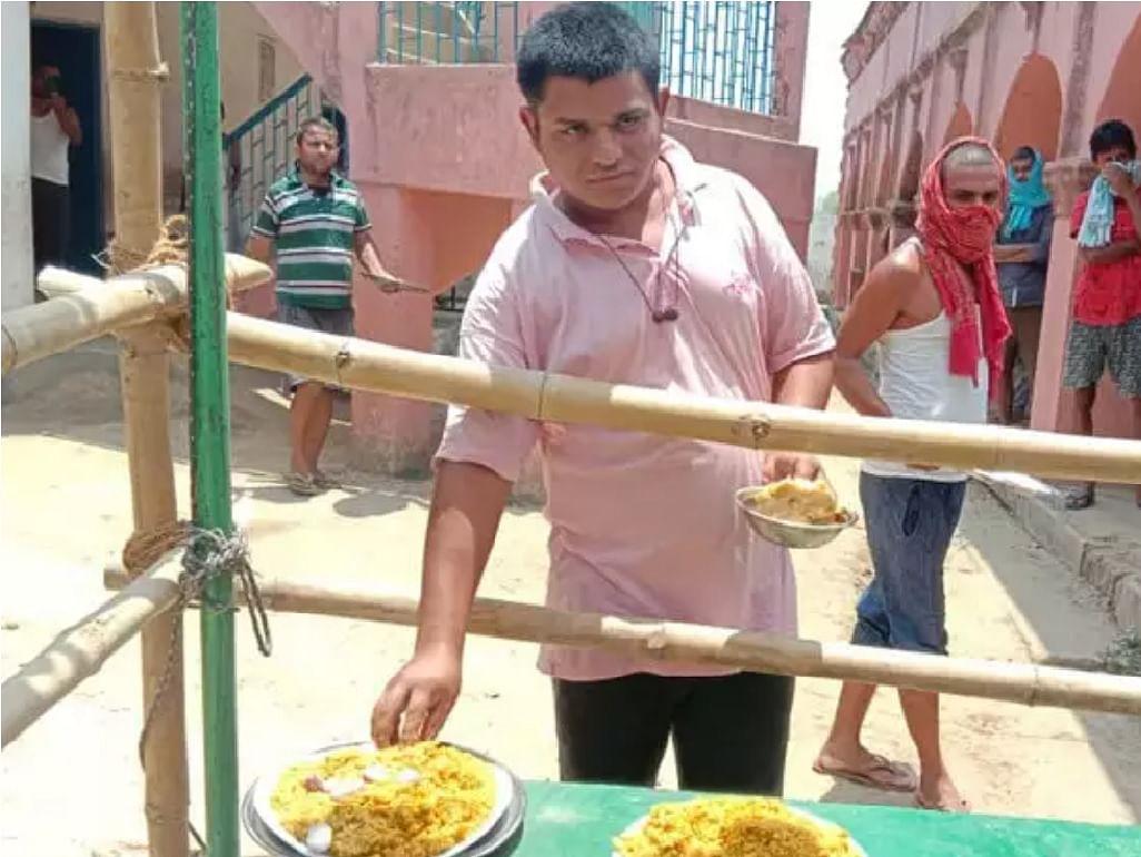 क्वारंटाइन केंद्र पर भोजन के दौरान प्रवासी युवा अनूप ओझा।