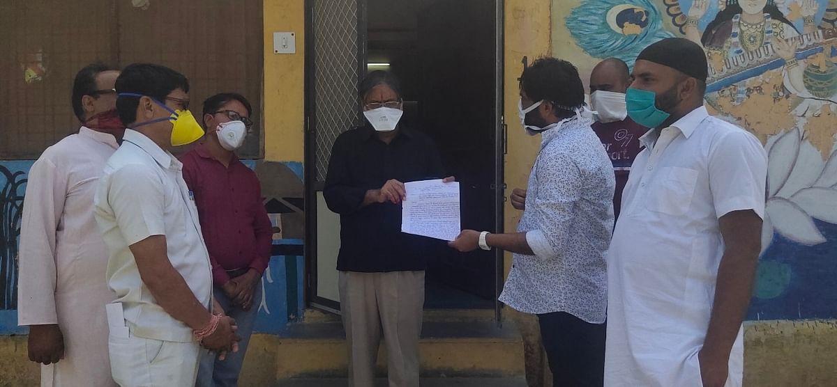 इंका नेता यादव सलोनी पटवा के खिलाफ ज्ञापन सौपते हुए