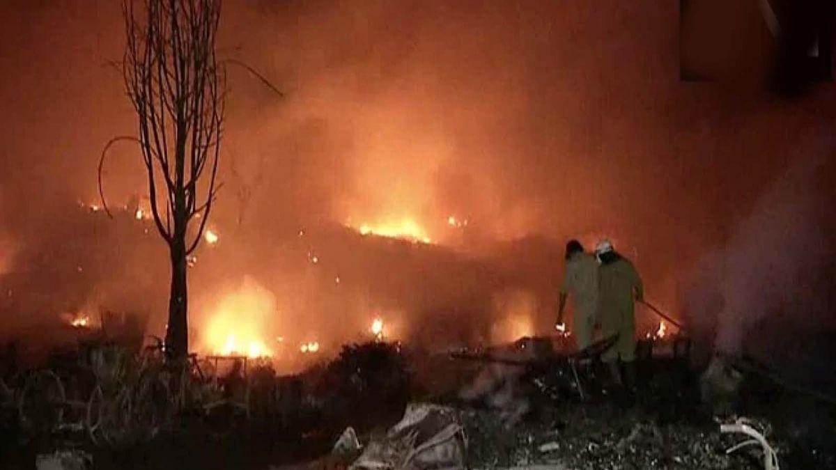 दिल्ली: तुगलकाबाद में आग की लपटे-1500 झुग्गियां जलने से लोग हुए बेघर