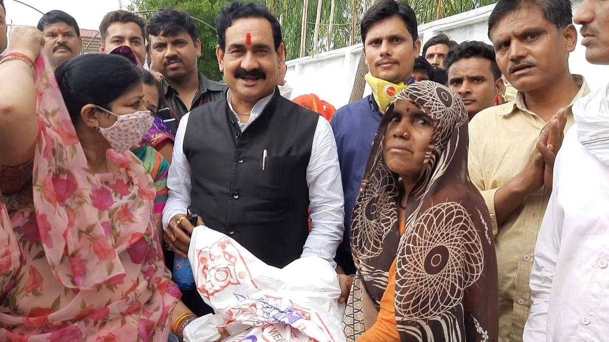 दतिया: कोरोना योद्धाओं के बीच पहुंचे मंत्री मिश्रा, बांटी राहत सामग्री