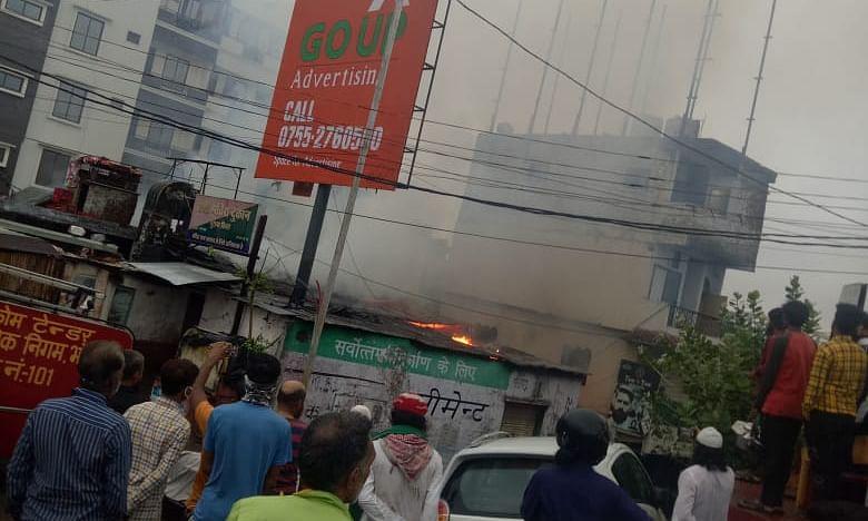 भोपाल: आग की लपटों में घिरी देशी शराब की दुकान, मचा हड़कंप