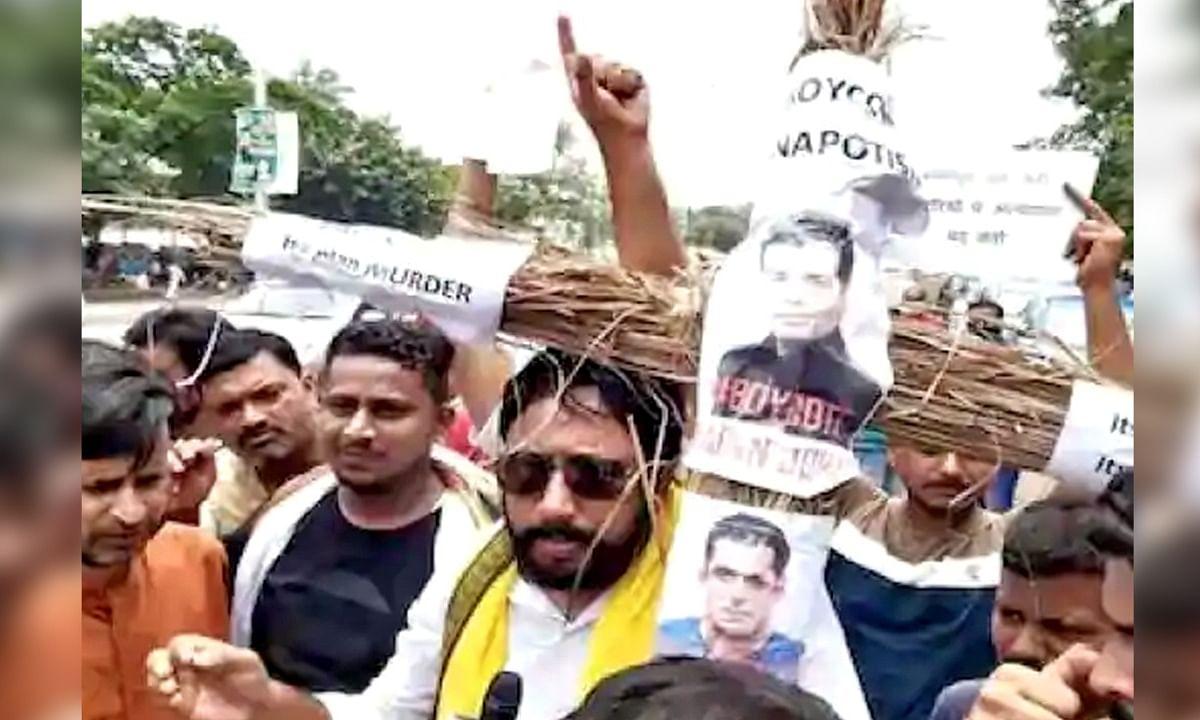 पटना: सुशांत सिंह के फैन्स का प्रदर्शन, सलमान-करण का जलाया पुतला