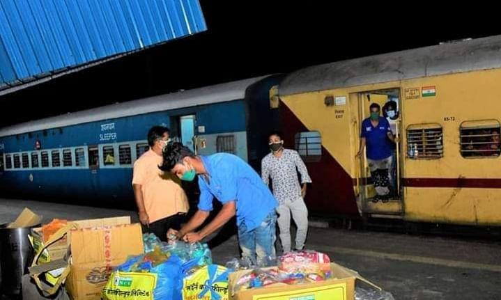श्रमिक ट्रेन में सफर कर रहे यात्रियों को एनसीएल ने पहुंचाई मदद
