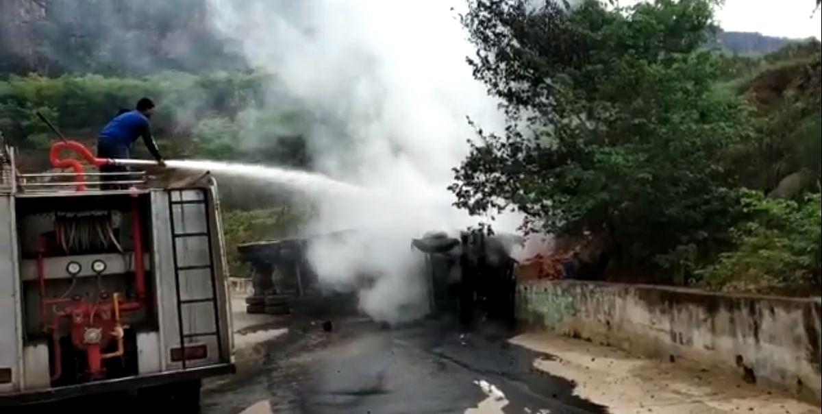 ट्रक की आग बुझाते अग्निशमन कर्मचारी
