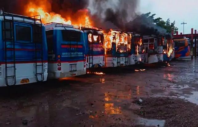 उज्जैन: साजिश या आकस्मिक घटना, बस स्टैंड पर खड़ी बसों में भीषण आग
