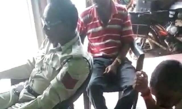 सिंगरौली: पुलिस कर्मियों का वर्दी में शराब पीते हुए वीडियो हुआ वायरल
